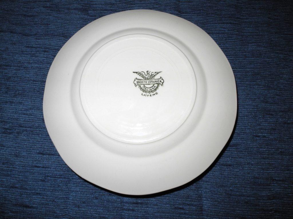Piatto in ceramica bianca, vista della base con il marchio di fabbrica Società Ceramica Italiana Laveno.