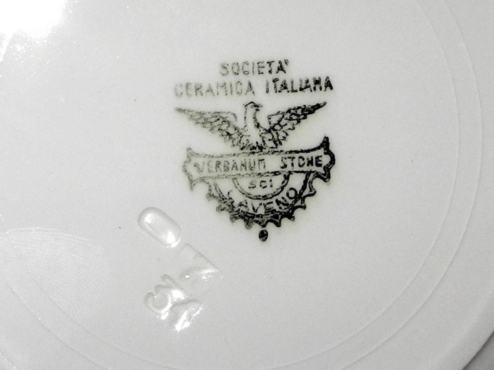 Base di un piatto in ceramica bianca, vista ravvicinata del marchio di fabbrica Società Ceramica Italiana, Verbanum Stone SCI Laveno.